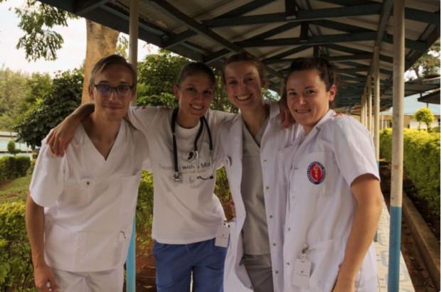 Studenci Gdańskiego Uniwersytetu Medycznego szkolą w Kenii miejscowy personel.
