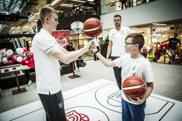 Łukasz Kolenda z Trefla Sopot uczy, jak kręcić piłkę na palcu. W tle Mikołaj Witliński z Arki Gdynia.