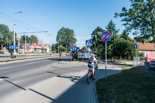 Z Redłowa do Orłowa legalnie rowerem można jechać tylko jezdnią, ale w tym roku ma się zacząć budowa przedłużenia drogi rowerowej w tym miejscu.