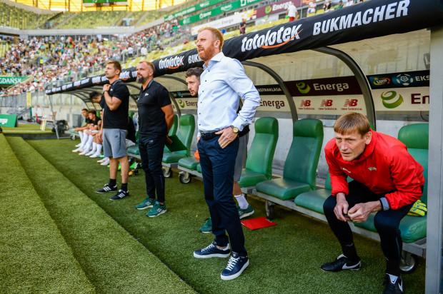 Piotrowi Stokowcowi (w środku) ciężko uwierzyć jak nieprofesjonalnego zachowania dopuściło się dwóch jego piłkarzy. Szkoleniowiec nie potwierdził personaliów, ale zapewnił, że wobec obu konsekwencje zostały wyciągnięte.