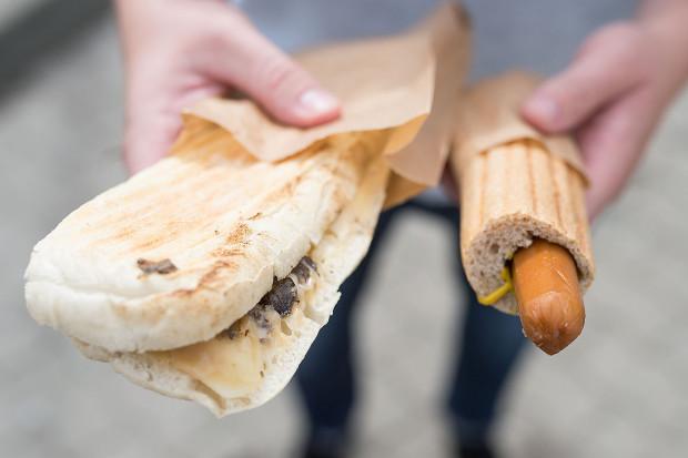 Wegański hot-dog i panini z serem i pieczarkami na Orlenie.