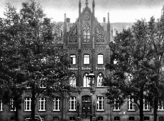 Fasada budynku dyrekcji urzędu Poczty i Telegrafu Wolnego Miasta Gdańska z szyldem rozgłośni radiowej (Landessender Danzig), między 1934 a 1939 r.