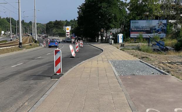 Droga rowerowa na ul. Rakoczego została zlikwidowana ze względu na budowę prawoskrętu do nowego osiedla. Zdaniem RM może to grozić koniecznością zwrotu dofinansowania unijnego.