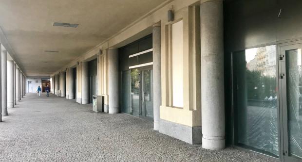 Pasaż łączący Dworzec PKP z Dworcem Podmiejskim pozostaje pusty.