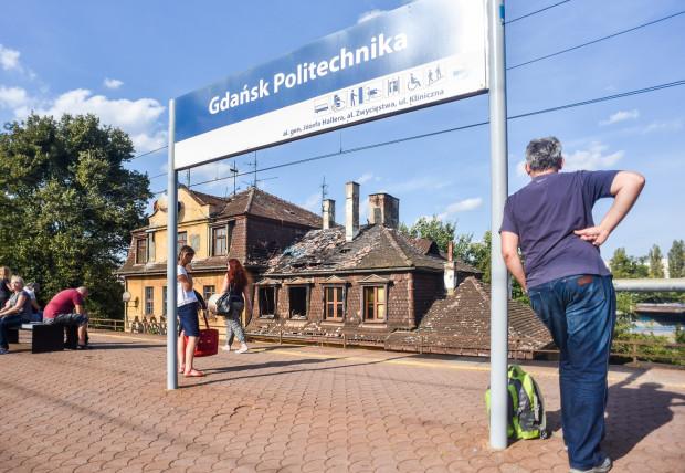Budynek przy stacji SKM Gdańsk Politechnika jest ciągle dewastowany.