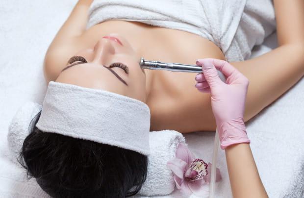 Mikrodermabrazja to zabieg kosmetyczny, polegający na oczyszczaniu skóry przez ścieranie zewnętrznych warstw naskórka.