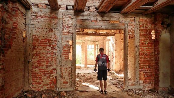 Zrujnowane wnętrze pałacu w Zdrzewnie