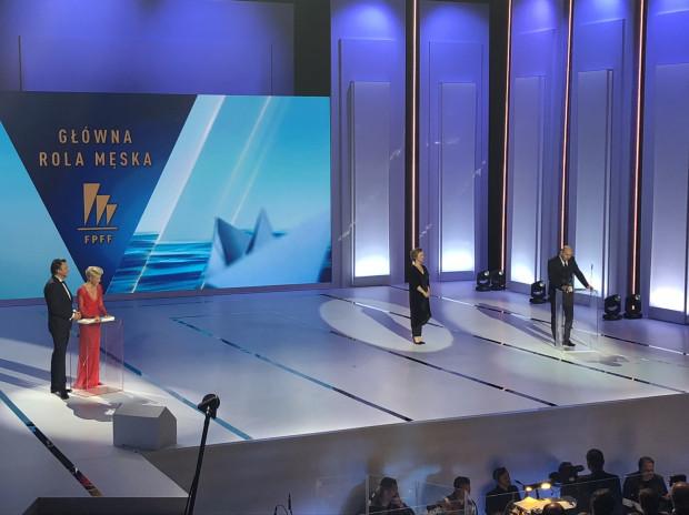 Adam Woronowicz odbiera nagrodę dla najlepszego aktora.