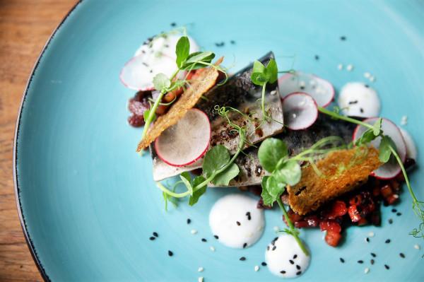 Przystawka: makrela, ogórek kompresowany w soku porzeczkowym, seler naciowy i agrest.