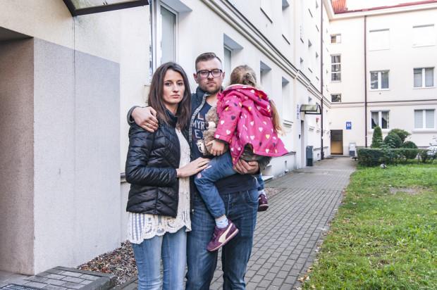 Młoda rodzina musiała opuścić mieszkanie, które zostało zanieczyszczone przez rozkładające się ciało sąsiada.