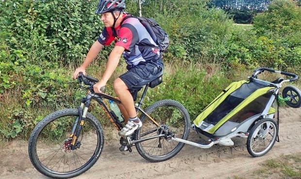 Rodzinna przejażdżka rowerowa po malowniczych terenach Nowej Karczmy