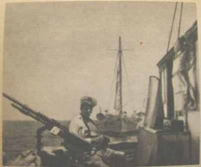 Elementy uzbrojenia widoczne na pokładzie okrętu-pułapki.