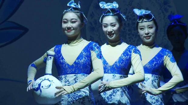 """Jednym z ciekawszych elementów """"Pięknego świata kolorowych Chin"""" był taniec grupowy """"Piękno niebiesko-białej porcelany""""."""
