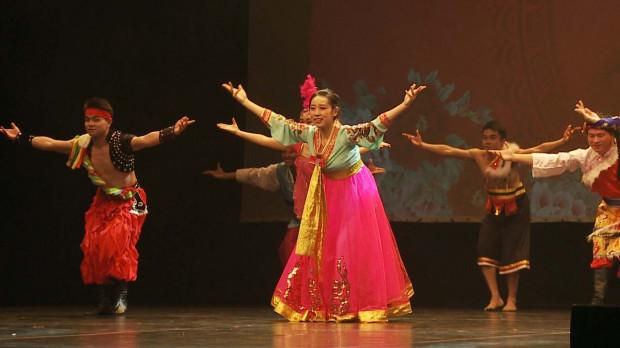 W niespełna półtoragodzinnym pokazie znalazło się miejsce na różnorodność i dostrzeżenie m.in. mniejszości etnicznych wraz z ich tradycyjnymi strojami i tańcami.