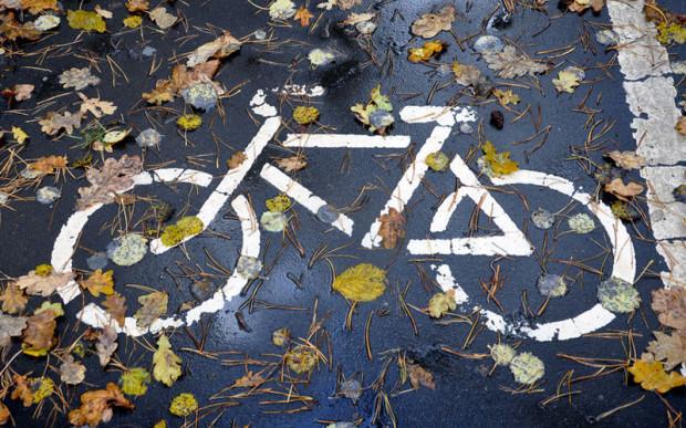 Śliskie liście oraz gładkie znaki poziome to nie lada zagrożenie podczas jesiennej jazdy w mieście.