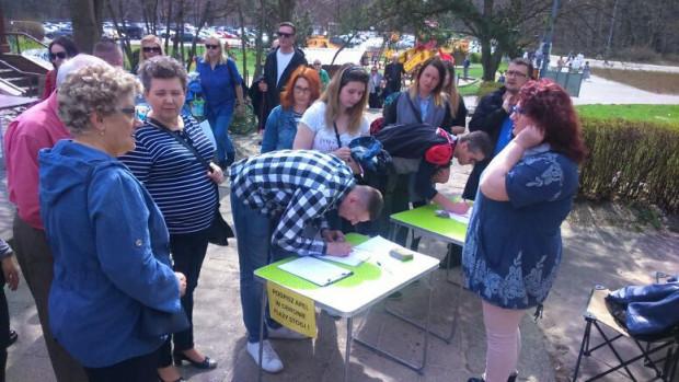 Podpisy zbierane wiosną przez lokalnych działaczy w obronie plaży Stogi.