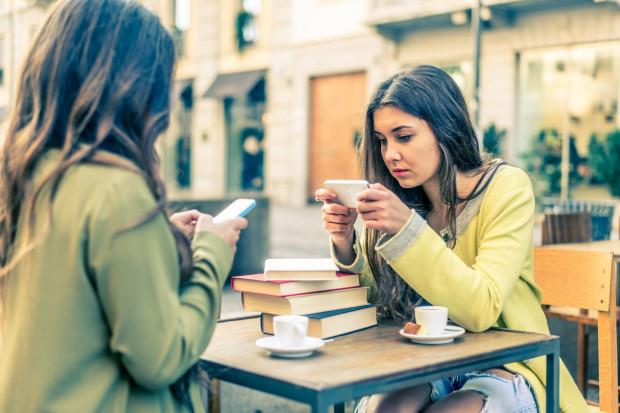 Badania wykazują, że młodzi ludzie przedkładają komunikację poprzez komunikatory.