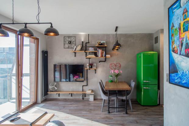 W mieszkaniu pani Edyty industrialna stylistyka połączona została z dodatkami w intensywnych kolorach.