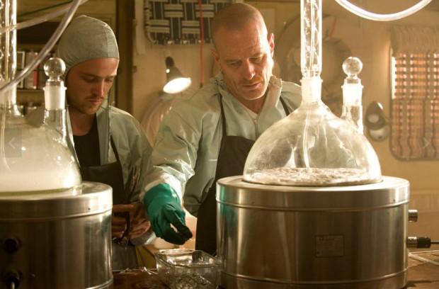 Scena z serialu Breaking Bad, opowiadająca o nauczycielu chemii, który zakłada wytwórnię metamfetaminy.