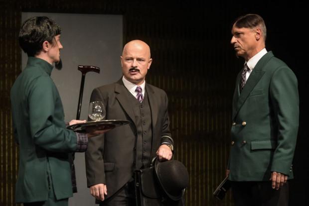 Niełatwy jest los sekretarza wiceministra, zwłaszcza gdy szef wymaga realizacji zadań specjalnych. Jednak kto, jak nie Bogdan Smagacki (w środku), mógł sprostać trudnościom piętrzącym się przed George'em?