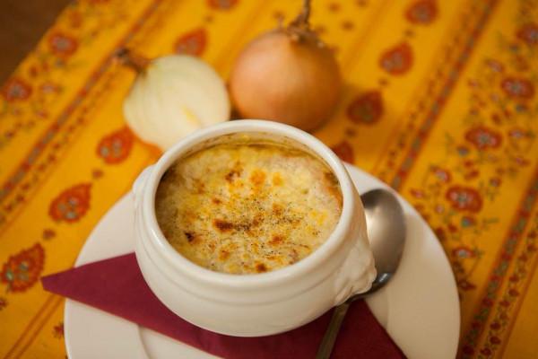 Zupa cebulowa zapiekana z serem - jedno z klasycznych francuskich dań. Warto jej spróbować w sopockiej tawernie Cyrano et Roxane.