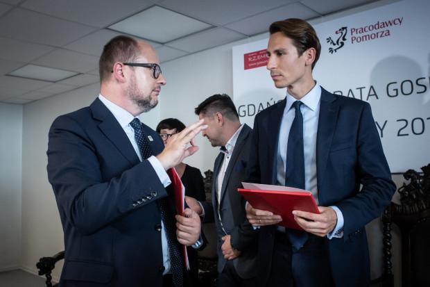 Paweł Adamowicz (z lewej) i Kacper Płażyński. Zdjęcie wykonano w trakcie debaty kandydatów na prezydenta Gdańska, zorganizowanej na początku września przez Pracodawców Pomorza.