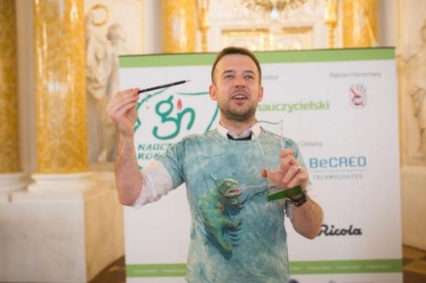 """Przemysław Staroń został Nauczycielem Roku 2018. Konkurs """"Nauczyciel Roku"""" odbywał się po raz siedemnasty. Zorganizował go tygodnik """"Głos Nauczycielski""""."""