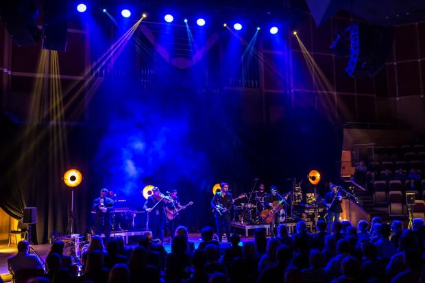 Duży skład, bogate instrumentarium, fuzja folku, jazzu i rocka oraz ponadprzeciętne umiejętności artystów to największe atuty występu zespołu Zakopower.