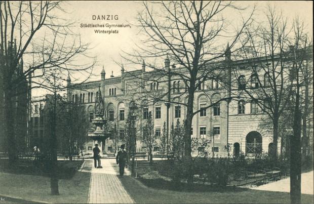 Widok z początku XX wieku na Targ Maślany. Po prawej widoczny budynek Lastadia 1 z bramą w najniższej części, która została zlikwidowana po wojnie.