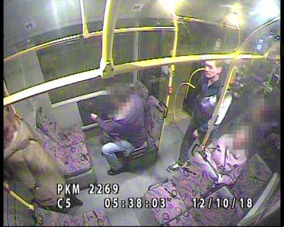 Wszystko wskazuje na to, że widoczny na zdjęciach mężczyzna odpowiada za ataki na kobiety w Gdyni.