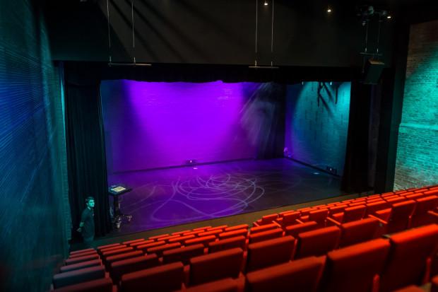 Stara Apteka jest sceną kameralną z widownią mogącą pomieścić od 136 do 150 widzów. Z uwagi na dużą różnicę poziomów między rzędami, z każdego miejsca jest bardzo dobra widoczność.