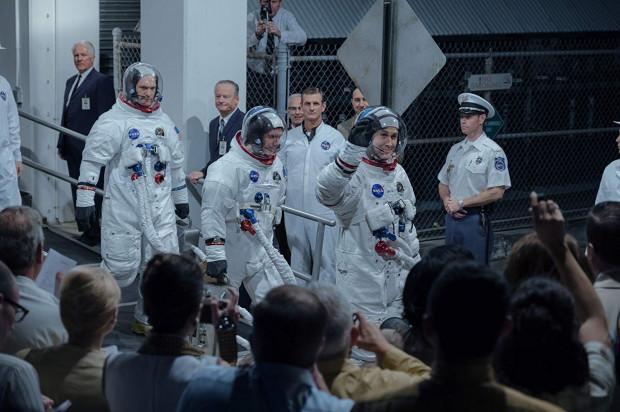 """Kosmos u Chazelle'a wygląda nieco inaczej niż choćby w """"Grawitacji"""". Tu zamiast pięknych, malowniczych kadrów dominuje atmosfera napięcia i niepewności mężczyzn upchanych w metalowej kapsule wystrzelonej w mroczny wszechświat. Czuć to w niemal każdym kadrze."""