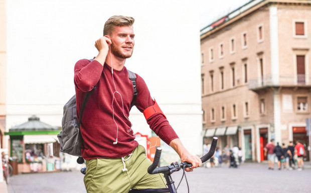 Jazda z jedną słuchawką w uchu świetnie symbolizuje rozdarcie pomiędzy pokusą pedałowania w rytm ulubionej muzyki, a kwestią bezpieczeństwa wśród rowerzystów.