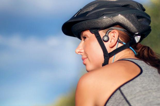 Słuchawki wykorzystujące przewodnictwo kostne kierują dźwięk do mózgu za pomocą wibracji. Uszy pozostają odkryte i bez jakiejkolwiek izolacji od otoczenia.