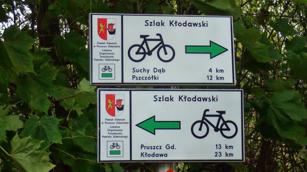 Na skrzyżowaniach i głównych punktach szlaku, oznakowanie wzbogacono metalowymi drogowskazami kierunkowymi z informacją o odległości do miejscowości na trasie