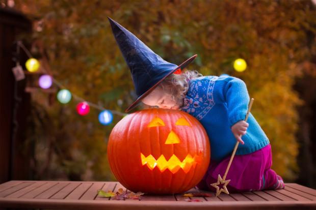 """Na Halloween obowiązują """"straszne"""" kostiumy wszelkiego rodzaju, rządzą czarodzieje i małe czarownice."""