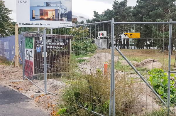 Zdjęcie z 7 października. Po lewej widać pierwsze elementy konstrukcyjne nowej reklamy.