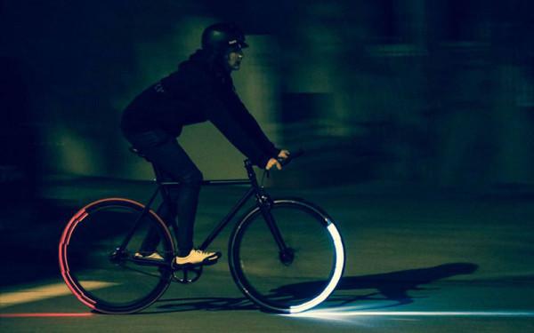 Dodatkowe oświetlenie boczne montowane na obręczach rowerowych kół