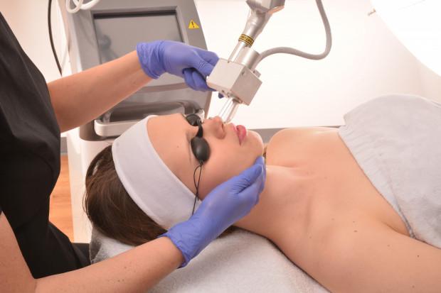 Laseroterapia to jedna z najbardziej popularnych metod stosowanych również w gabinetach kosmetologii i medycyny estetycznej.