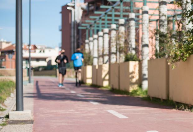 Choć na drodze rowerowej obowiązują te same przepisy co na jezdni, regularnie pojawiają się na nich biegacze.