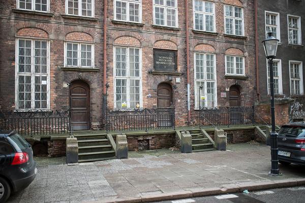 Pierwotnie kamienica pełniła funkcję mieszkań duchowieństwa z sąsiadującego kościoła św. Katarzyny. Charakterystycznym elementem są zachowane przedproża z kutą balustradą. Wojnę przetrwała fasada domu.