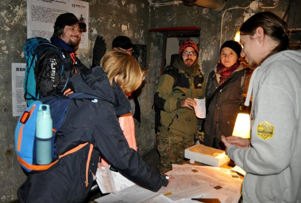 IV InO Vestigia towarzyszył klimat wojskowo-historyczny. Uczestnicy przy okazji wędrówki wchodzili więc do bunkrów, szukali betonowych transzei lub przechodzili koło innych pozostałości fortyfikacji helskich.
