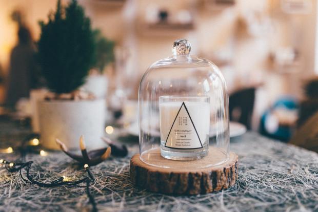 Dzięki starannie dobranym aromatycznym świecom możemy tworzyć niepowtarzalny klimat wnętrza i sprawić, że jesień stanie się znacznie bardziej przyjazna.
