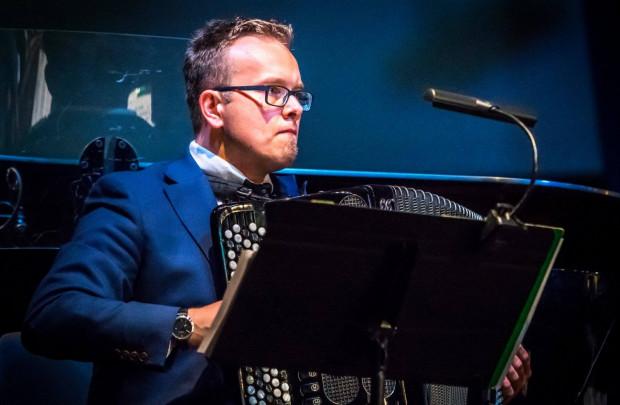 Podczas kolejnej odsłony Nowej Muzyki w Starym Ratuszu akordeonista Paweł Zagańczyk wykona trzy utwory napisane specjalnie dla niego, z myślą o większym projekcie (który wkrótce zaowocuje płytą), łączącym ten szlachetny instrument i warstwę elektroniczną.