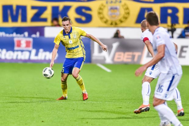 Adam Deja daje możliwość gry Arce Gdynia tak dwójką, jak i trójką środkowych obrońców.