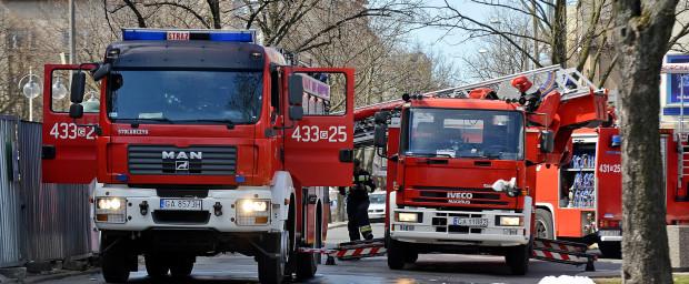 Strażacy znaleźli w mieszkaniu ciało kobiety.