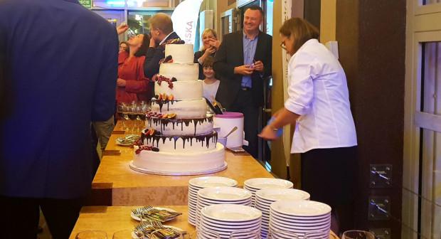 Siedmiopiętrowy tort po zwycięstwie musi smakować dobrze.
