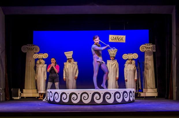 """Bohaterowie """"Mitów greckich"""" Teatru Miniatura dzięki grze aktorskiej, pomysłowym kostiumom i scenografii, """"podróżują"""" pomiędzy ziemskimi i mitycznymi krainami w ogóle nie schodząc ze sceny."""