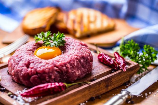 Chociaż nie ma niczego złego w jedzeniu surowego mięsa, to musimy mieć absolutną pewność, czy pochodzi ze sprawdzonego źródła.