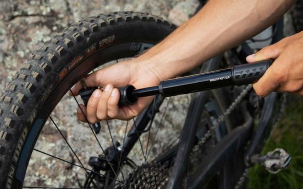 Napompowanie opon to jedna z prostszych, ale równie ważnych czynności, jaką warto wykonać przed schowaniem roweru